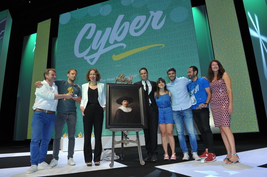 사이버 부문 그랑프리를 수상할 당시, 실제 회화도 함께 등단했다.(이미지 출처 : Cannes Lions International Festival of Creativity